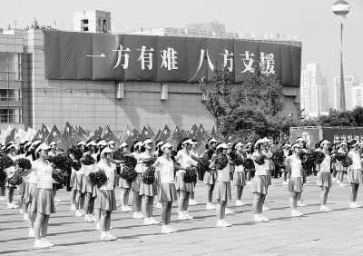 5月17日,温州青年迎接奥运圣火。当日,北京奥运圣火传递活动在浙江温州举行