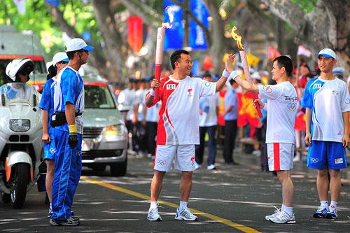 杭州火炬传递-02-CG1_3427--交接棒时火炬手自发的抗震救灾团结一心击掌手势