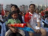 组图:温州站首棒火炬手占旭刚 爱家人爱奥运
