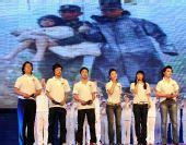 图文:杭州传递赈灾演出 演员演唱《爱的奉献》