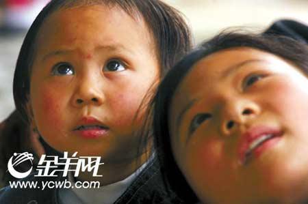 """""""我再也不要与妹妹分开。""""妹妹失踪三天后被人找回,来自北川五星镇的12岁的姐姐陈佳说"""