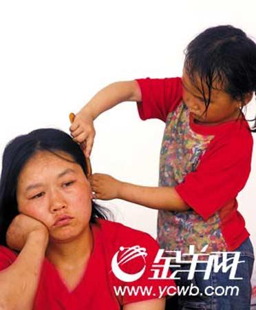 """""""妈妈,我给你梳头。""""房子倒了,母亲一脸茫然,5岁的母倩倩懂事地安慰妈妈"""