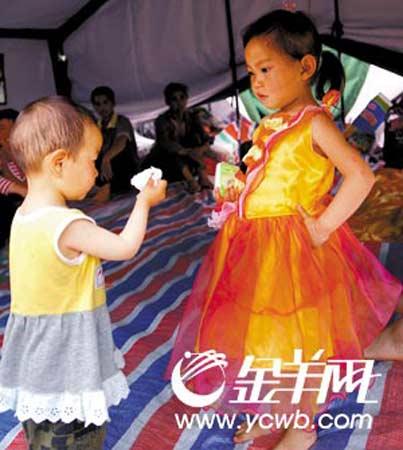 """""""我多漂亮!""""穿上别人捐赠的新裙子,六岁的姐姐王丹与弟弟比靓"""