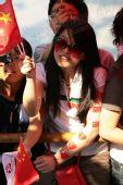 组图:圣火传递杭州站 西子湖畔美女为圣火欢呼
