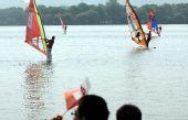 图文:奥运圣火杭州传递 帆板运动员在西湖加油