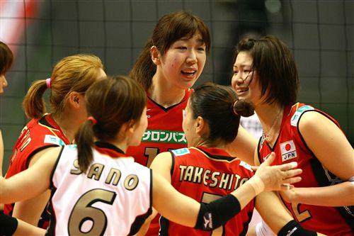图文:08奥运女排落选赛首轮 日本女排庆祝胜利