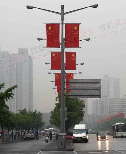 组图:上海等待圣火到来 工作人员雨中布置现场
