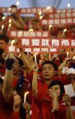 图文:[中超]河南2-0青岛 球迷为遇难同胞祈祷