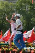 """图文:奥运圣火杭州传递 """"羽坛皇后""""李玲蔚"""