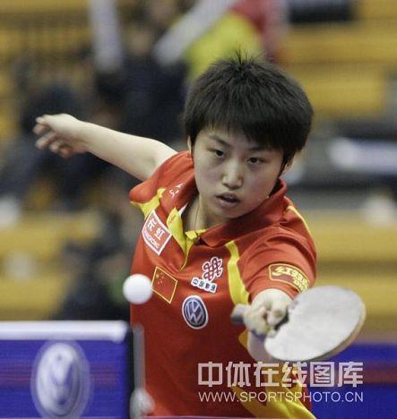 图文:中国公开赛张怡宁4-2郭跃 网前轻推小球