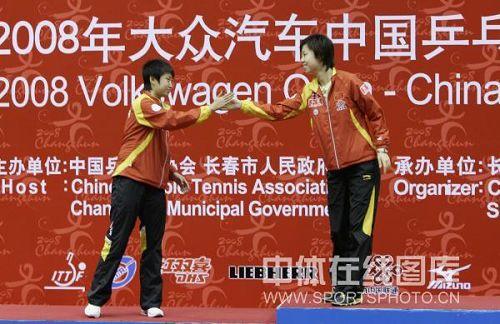 图文:中国公开赛张怡宁4-2郭跃 领奖台上握手