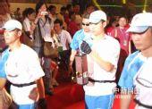 图文:杭州站圣火传递结束 圣火被引至火种灯