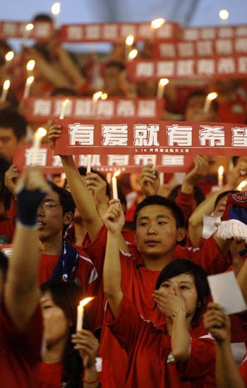 河南球迷为同胞祈祷