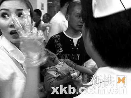 四川省人民医院医护人员在抢救受伤儿童,而成都医院现急需药品。 魏德智/摄
