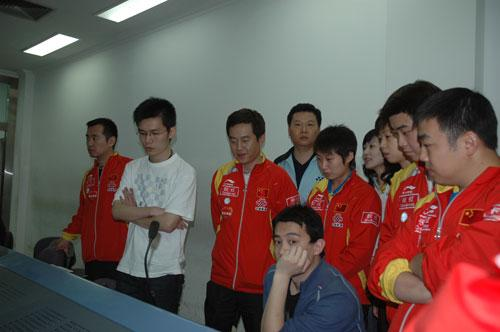 乒乓球队全队观看汤姆斯杯