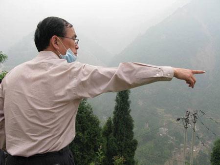 常小兵在北川一线某高地俯瞰北川新县城受损情况,并指示抢修通信修路方案