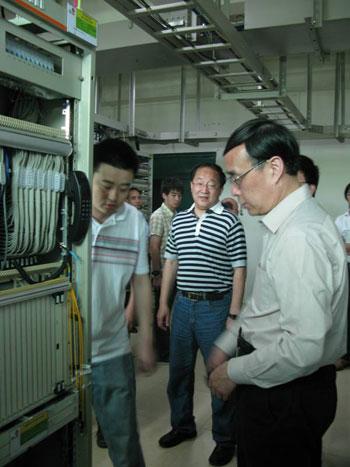 常小兵在联通绵阳分公司核心网机房仔细查看网络运行情况