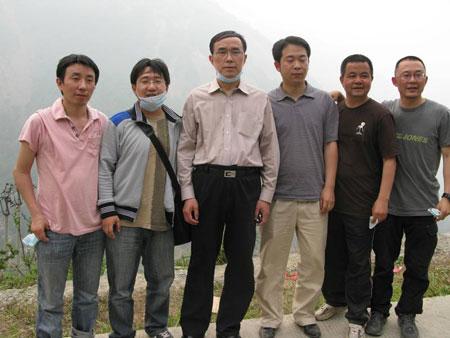 《中国通信》副总编辑与联通董事长常小兵,及北川县四名联通留守员工,在北川一线某高地合影