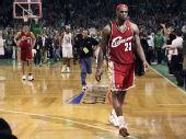 图文:[NBA]凯尔特人淘汰骑士 詹姆斯离开赛场