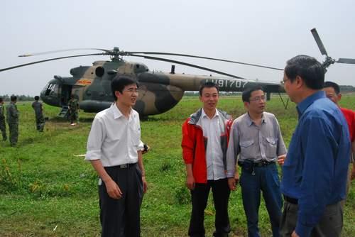王建宙总裁与抢险人员亲切交谈