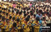 图文:全国哀悼日 长沙小学生哀悼地震遇难者