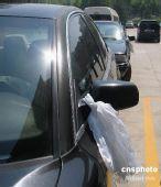 图文:兰州庄严肃穆悼同胞 汽车也挂上了白纱