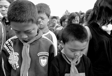5月19日清晨,四川汶川大地震重灾区青川县举行哀悼仪式,为地震遇难同胞志哀。