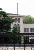 外国驻华使馆降半旗志哀(组图)