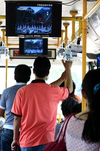 14:28市民为地震遇难市民默哀\宁波市民收看移动电视14:28的现场直播默哀