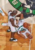 图文:[NBA]凯尔特人淘汰骑士 兴奋皮尔斯