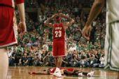 图文:[NBA]凯尔特人淘汰骑士 詹姆斯失望