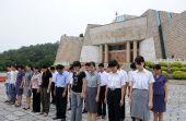 图文:纪念馆工作人员向汶川大地震遇难者默哀