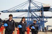 图文:员工在码头哀悼汶川地震遇难者