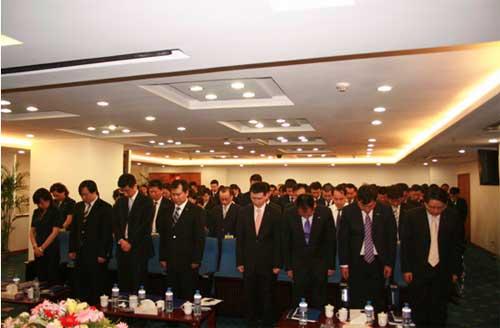 14:28 苏宁电器董事长张近东率领开会中的高管集体起立默哀