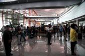 [首都机场]旅客为地震遇难者默哀现场