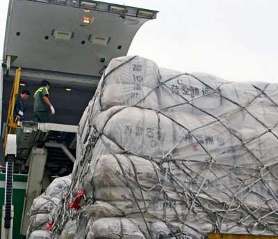 正在装机的广东省救灾物资