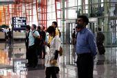 [首都机场]国际友人为地震遇难者默哀