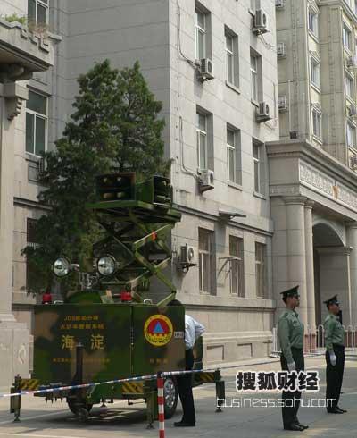 北京市政府门口启动JDS移动升降大功率警报系统向地震遇难同胞志哀鸣笛