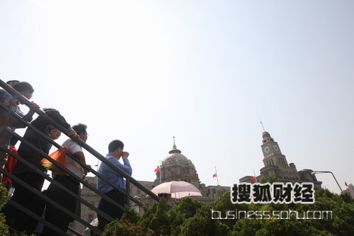 上海外滩,街头群众在14点28分向四川汶川大地震默哀