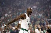 图文:[NBA]凯尔特人淘汰骑士 加内特怒吼庆祝