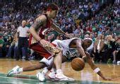 图文:[NBA]凯尔特人淘汰骑士 皮尔斯倒地救球