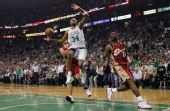 图文:[NBA]凯尔特人淘汰骑士 皮尔斯上篮被犯规