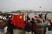 组图:市民聚集天安门广场为灾区遇难者默哀