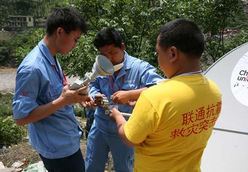 中国联通技术人员正在紧张的安装调试VSAT卫星通信设备