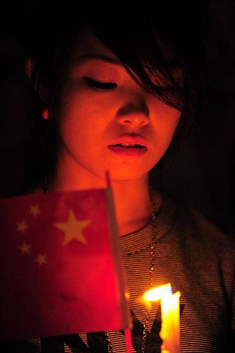 组图:上海人民广场市民自发为灾区烛光哀悼-搜狐2008