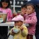 茂县县城的一些孩子在吃饭
