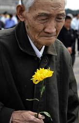 离休干部段金声老人在北京天安门广场向汶川大地震遇难者默哀