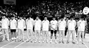 在汤姆斯杯决赛开赛前,中国羽毛球男队为四川地震的遇难者默哀。 (CFP供图)
