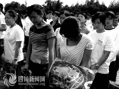 女生 北川/女生为北川中学仅剩下的校牌牌匾泪流满面