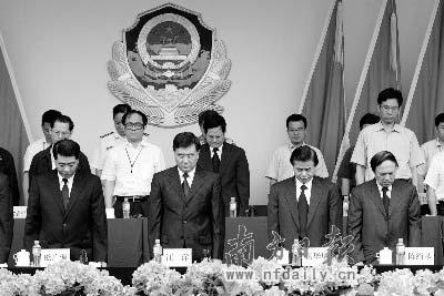 汪洋、黄华华、欧广源、陈绍基等省领导向地震遇难同胞默哀。本报记者杨凯摄